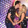 Ana Paula Minerato e o namorado, Wesley Santesso, se beijam em camarote