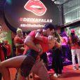 Joaquim Lopes dá um beijão na noiva, Marcela Fogaça, na pista de dança do Nosso Camarote