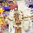 Erika Januza saúda o público durante desfile do Salgueiro