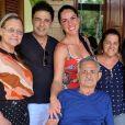 Zezé Di Camargo postou foto em que aparece com o pai, Francisco, que foi internado recentemente