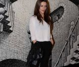 Cleo Pires combina look preto e branco para abertura de exposi
