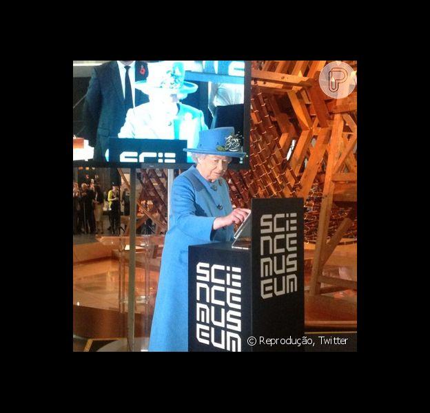 Rainha Elizabeth II digita seu primeiro Twitter nesta sexta-feira, 24 de outubro de 2014