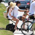 Deborah Secco voltou da praia com o marido, Hugo Moura, e a filha, Maria Flor