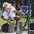 Deborah Secco, o marido, Hugo Moura, e a filha, Maria Flor, foram fotografados em passeio de bicicleta após praia