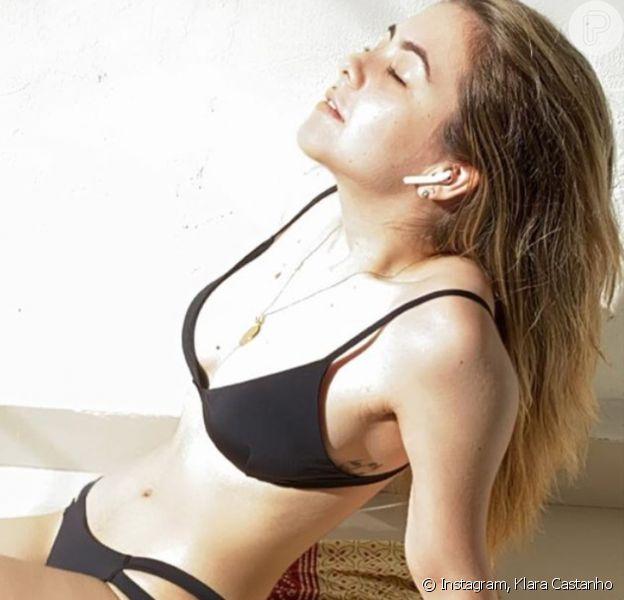 Klara Castanho, de biquíni, toma sol em casa e revela doença de pele em vídeo nesta quinta-feira, dia 02 de abril de 2020