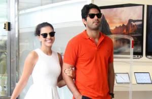Mariana Rios usa look branco durante passeio com o namorado, Patrick Bulus