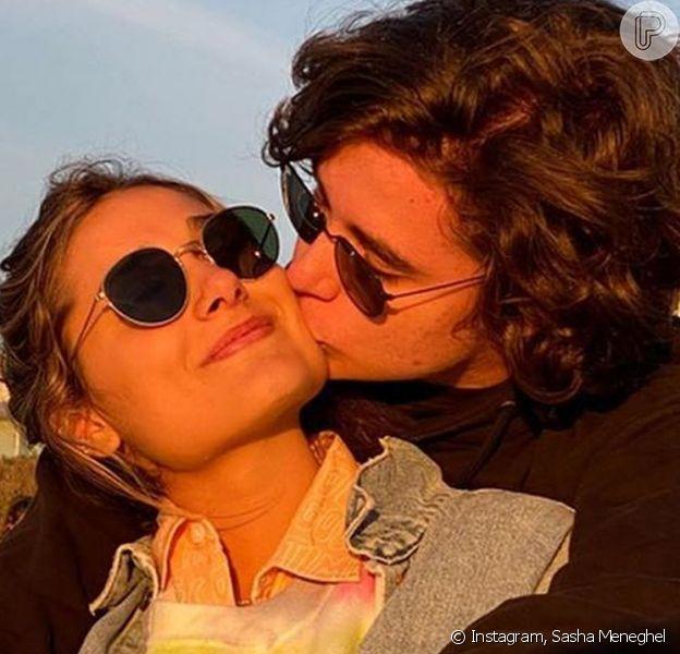 Sasha Meneghel apareceudando colo para o namorado, João Figueiredo, em foto inédita postada pelo cantor em seu Instagram