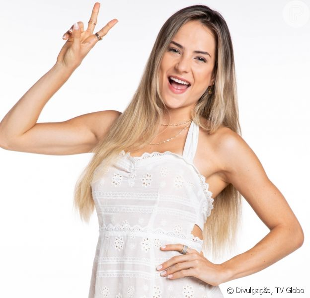 Cantora Gabi Martins dança em vídeo e aposta em look estiloso