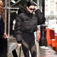 Kendall Jenner revisita tendência de look sporty com calça legging e casaco puffer em moda de rua