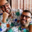 Tiago Abravanel faz ensaio em casa com marido para Dia dos Namorados