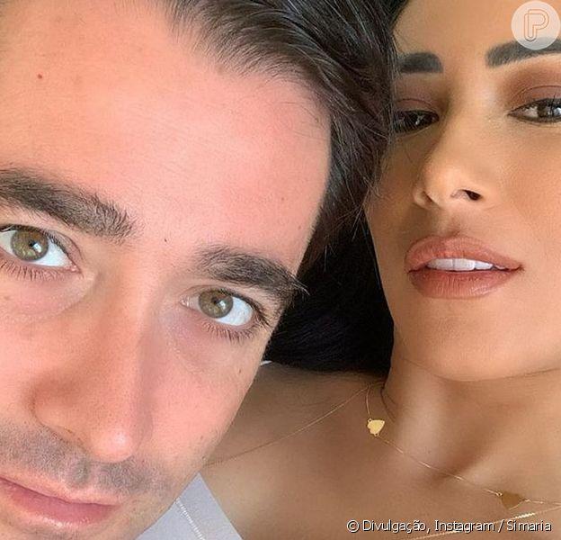 Simaria posa sem blusa em foto com o marido, Vicente, em 13 de junho de 2020