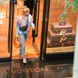 Grazi Massafera deixa loja de grife em shopping