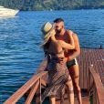 Andressa Suita e Gusttavo Lima trocaram beijos na beira do mar