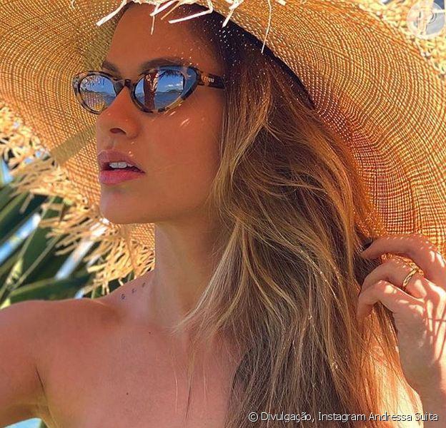 Andressa Suita curtir o dia de sol em Angra dos Reis com um biquíni animal print