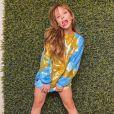 Larissa Manoela usou casaco com estampa tie dye em azul e mostarda