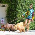 Tie dye foi protagonista do look de Alessandra Ambrosio para passeio com os pets