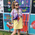 Maisa Silva usou blusa em tie dye roxo em festival de música