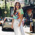 Sabrina Sato aliou blusa de tie dye com calça de lavagem clara