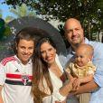 Camilla Camargo e o marido, Leonardo Lessa, posam com Joaquim e Antonio, enteado da atriz