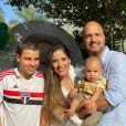 Com o marido, Leonardo Lessa, e o enteado, Antonio, Camilla Camargo comemorou 1 ano do filho, Joaquim, em festa caseira