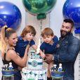 Gusttavo Lima e Andressa Suita apostaram em looks jeans para a festa de Samuel, filho caçula do casal