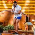 Gusttavo Lima usou um shortinho azul em sua live em Pernambuco