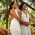 Cris Rozeira e Ana Paula Garcia apostaram em macacão longo fluído e decote generoso para casamento