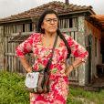 Regina Casé apareceu separada de Thiago Martins por uma placa de acrílico