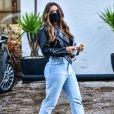 Rafa Kalimann combinou jaqueta de couro com calça mom jeans