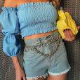 Andressa usa short de cintura alta com correntes