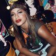 Anitta rebola de look estiloso em casa