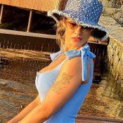 All blue! Andressa Suita alia maiô azul a chapéu jeans trendy Louis Vuitton
