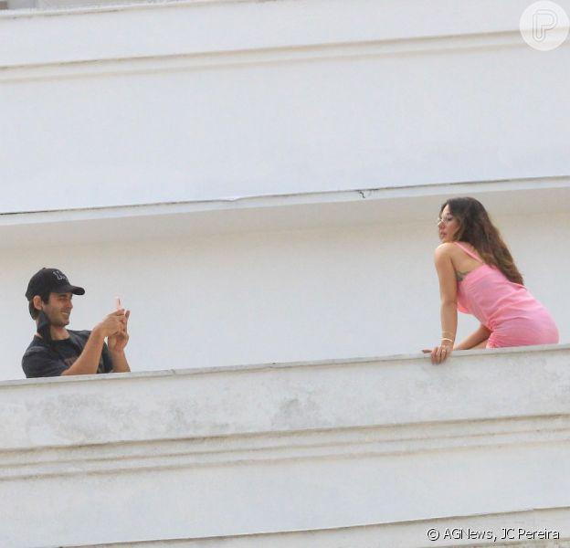 Marido e fotógrafo! Isis Valverde é clicada pelo marido em sacada de hotel. Veja fotos desta quarta-feira, dia 09 de setembro de 2020