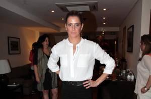 Deborah Secco vai à coletiva do filme 'Boa Sorte' com look preto e branco em SP