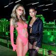 Paris Hilton e Willow Smith posam juntas em apresentação do desfile Savage x Fenty