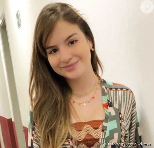 Sophia Valverde usa bolsa de grife em vestido com babado