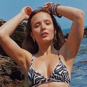 Larissa Manoela, de biquíni asa-delta, joga 'altinha' com namorado em praia do Rio. Vídeo!