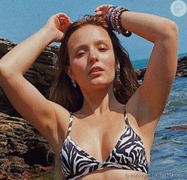 Larissa Manoela joga bola na praia de biquíni