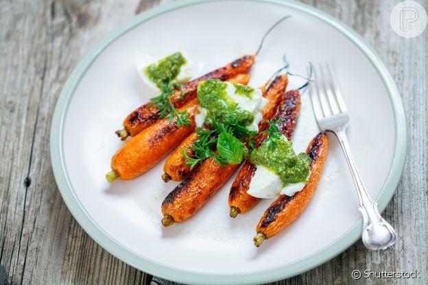 Cenoura assada com molho pesto