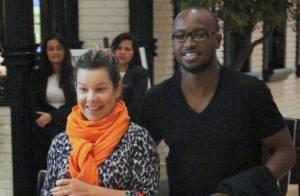 Thiaguinho e Fernanda Souza curtem jantar e cinema em noite no Rio