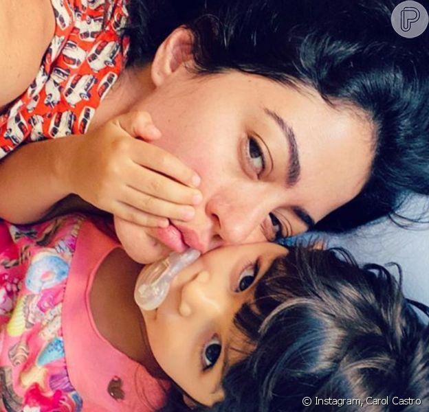 Carol Castro fez pedido aos fãs após mostrar a filha, Nina, de 3 anos, de chupeta: 'Estamos passando por uma pandemia. Se nós, adultos, estamos confusos, imaginem as crianças'