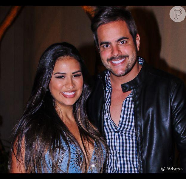 Marido de Simone, Kaká Diniz beija barriga da mulher em foto: 'Não vivo sem vocês'