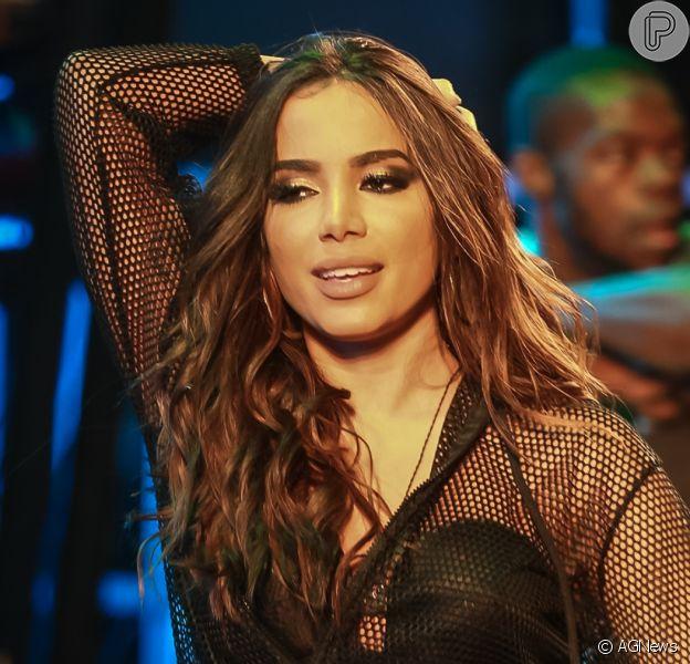 Anitta relata ataques de intolerância religiosa após polêmica sobre cabelo. Veja vídeos!