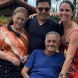 Pai de Zezé Di Camargo e Luciano, Francisco Camargo tem 82 anos e na foto aparece com o primogênito e a mulher, Helena
