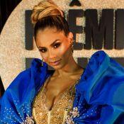 Lexa aposta em roupa transparente com brilho e capa oversized em prêmio