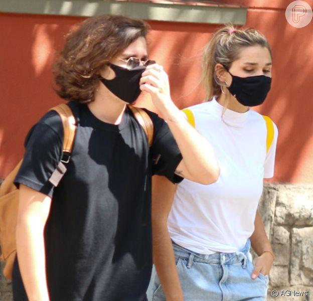 Sasha Meneghel, com namorado e amigos, alia short jeans e blusa branca em look. Fotos!