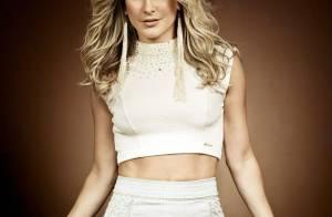 Claudia Leitte posa como modelo para linha de roupas que leva seu nome