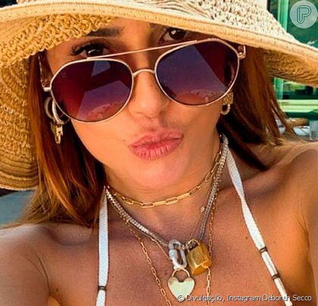 Deborah Secco agitou as redes sociais ao posar de costas usando um biquíni fio-dental branco