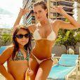Deborah Secco de biquíni branco com a filha, Maria Flor, na piscina