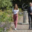 Kate Middleton usou blazer rosa que faz par com calça da foto pela segunda vez